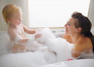 子供とお母さんがお風呂に入っている画像