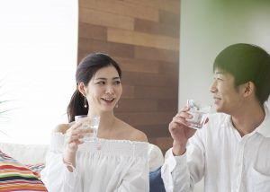 夫婦でお水を飲む画像