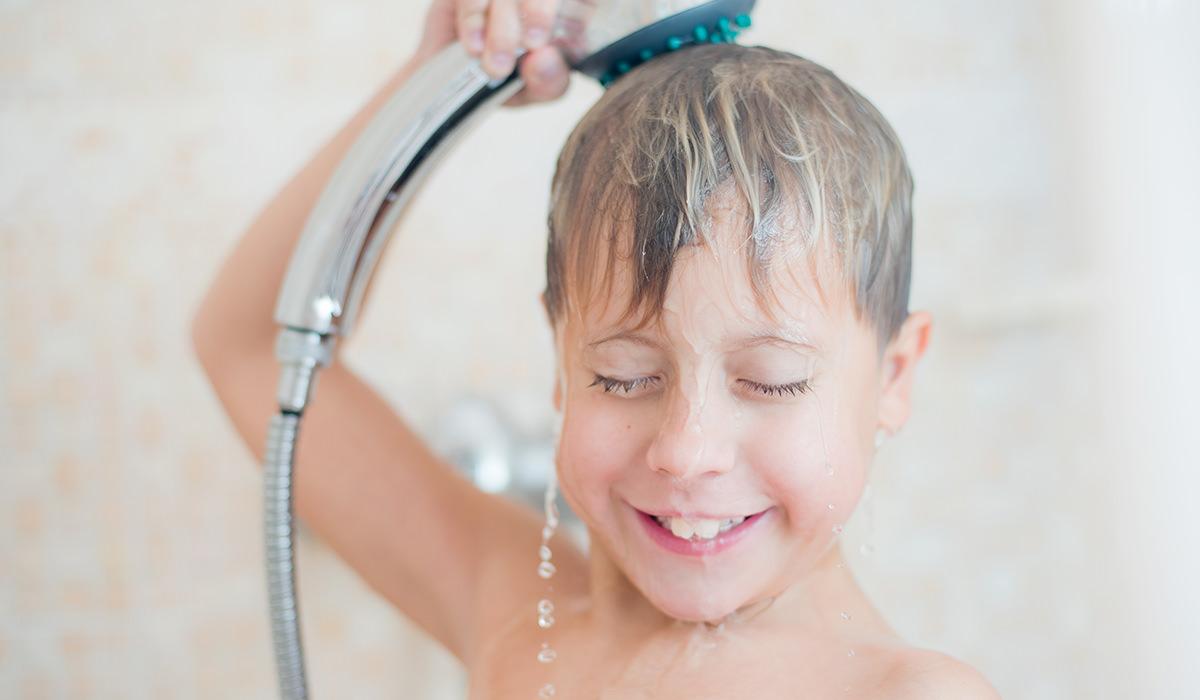 子供がシャワーを浴びる画像