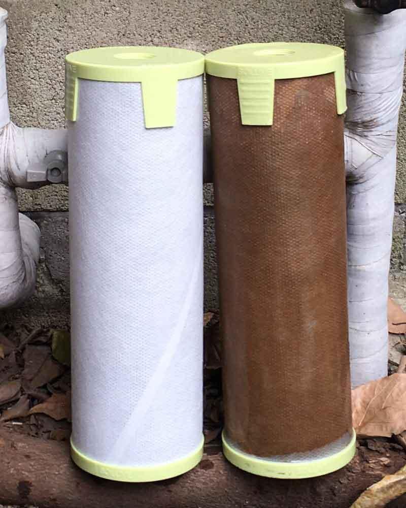 「セントラル浄水器『ソリューヴ』1年間使用して汚れたフィルターと新品のフィルターの比較写真」画像