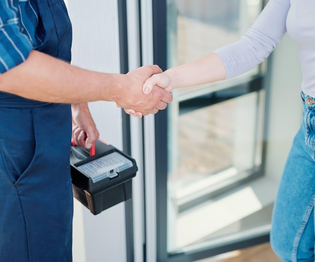 水道工事屋さんと握手する画像
